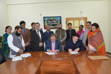 VC KMU Prof. Dr Arshad Javaid and Mr. Patrick Somxaysana Vilayleck Head of ICRC Sub delegation in Peshawar are signing MOU (Custom)1512036974.JPG